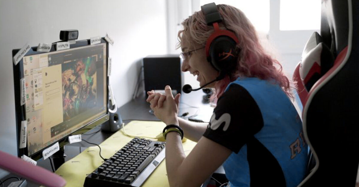 "Helen ""Rain"" Ruiz disfrutando de League of Legends durante el confinamiento."
